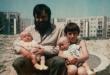 Artysta z synami na \'pustyni\' ursynowskiej, wiosna 1980